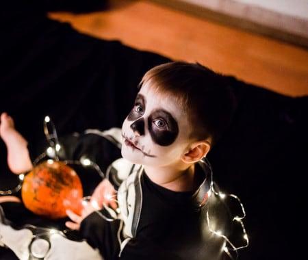 Un bimbo festeggia Halloween