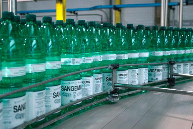 La catena d'imbottigliamento dell'acqua minerale 'Sangemini'