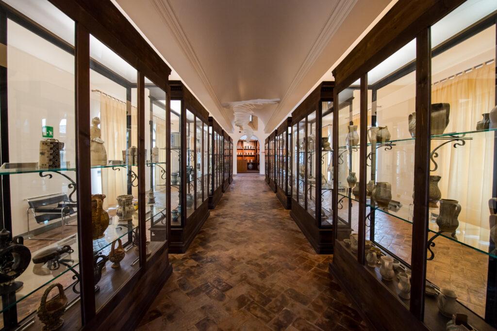 le vetrine espopsitivie all'interno del Museo della ceramica