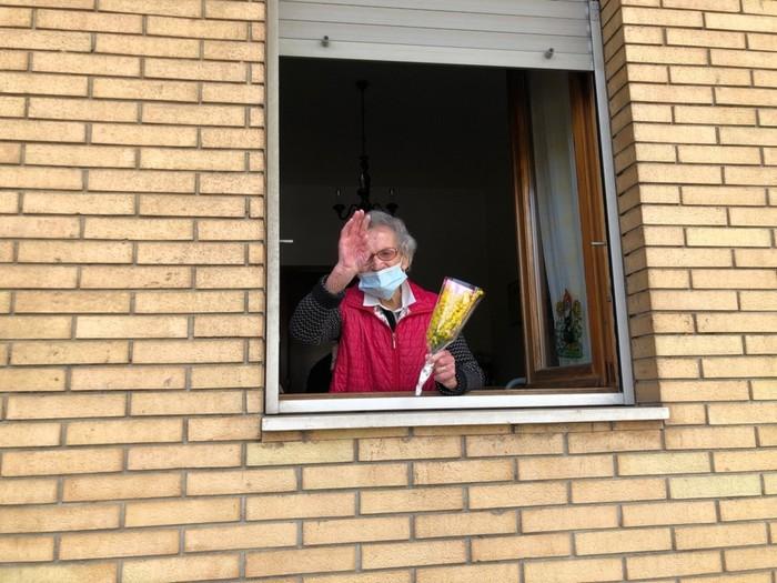 Nonna Luisa Zappitelli saluta tutte le donne dalla finestra della sua abitazione in occasione dell'otto marzo