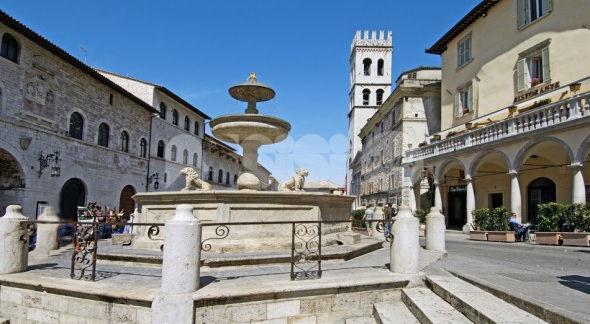 La piazza del Comune di Assisi con la fontana in primo piano
