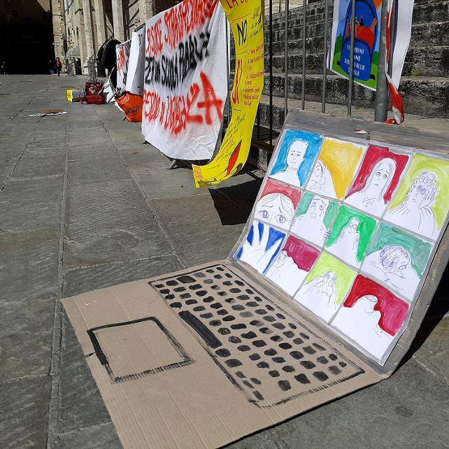computer di cartone in piazza per la manifestazione di 'Priorità alla Scuola Umbria'