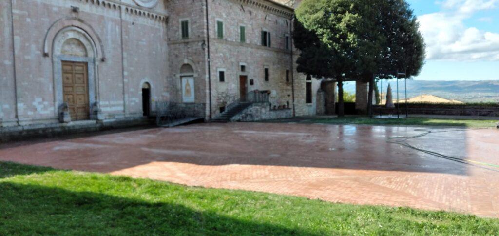 La conclusione dei lavori sul sagrato davanti all'abbazia di San Pietro di Assisi