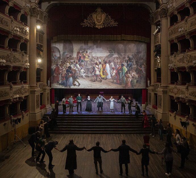 """Il palcoscenico del teatro Morlacchi durante le prove dello spettacolo """"Guerra e pace"""""""