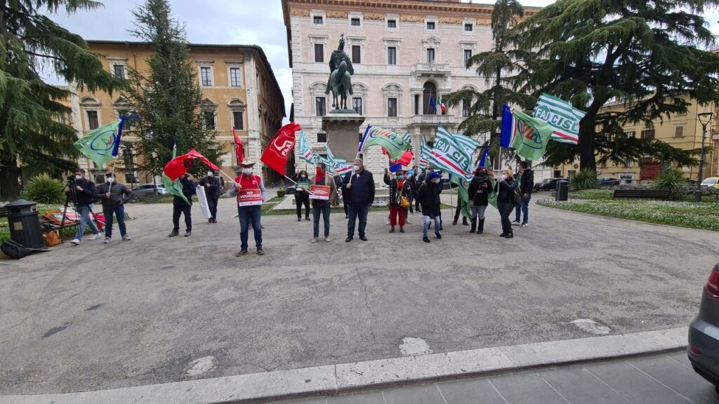 Lavoratori agricoli senza ristori i sindacati manifestano a Perugia