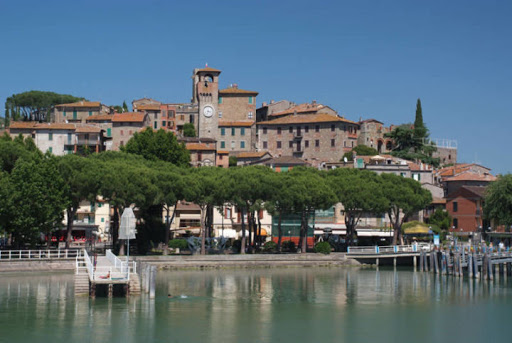 In primo piano il lago sullo sfondo il centro di Passignano