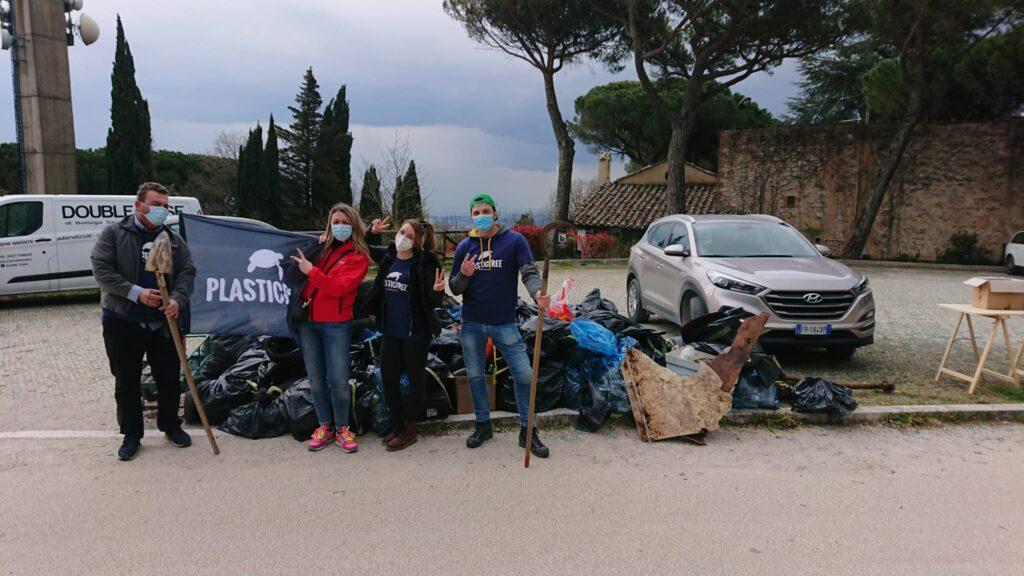 Plastic Free Onlus : alcuni dei volontari che hanno partecipato all'iniziativa