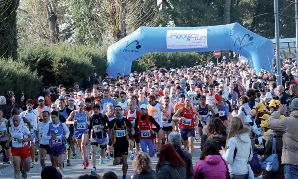 Gli atleti in corsa alla partenza della Strasimeno 2014