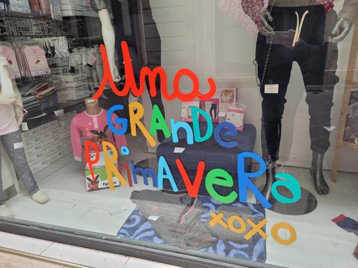 il messaggio di speranza sulle vetrine dei negozi di Terni