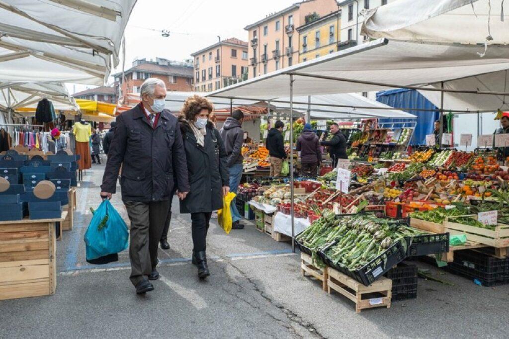 anziani al mercato