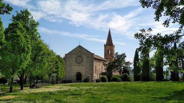 In primo piano i Giardini del Santa Giuliana sullo sfondo la chiesa