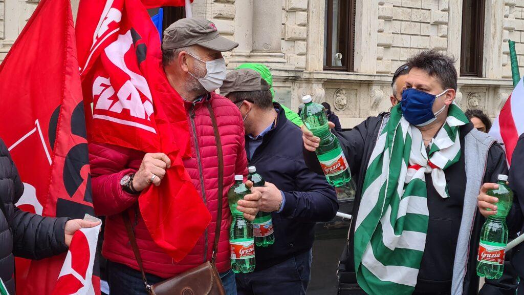 i lavoratori del comparto acque minerali in piazza a Perugia