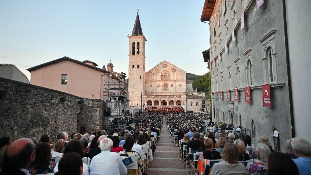 Gli spettatori durante un concerto in piazza Duomo a Spoleto