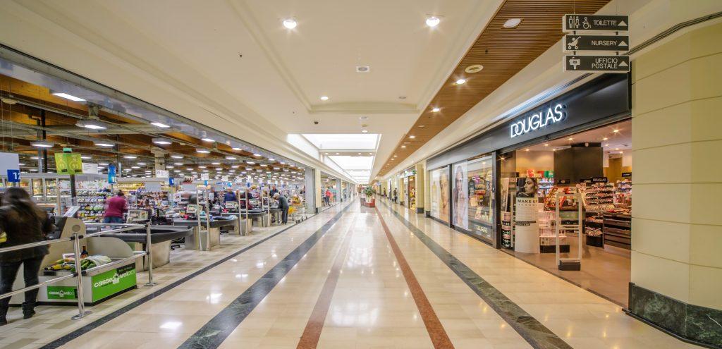 L'interno del centro commerciale