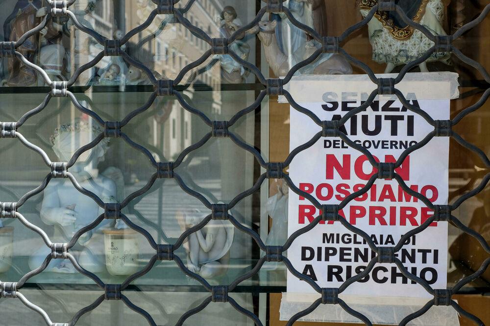 Un negozio chiuso a causa della crisi