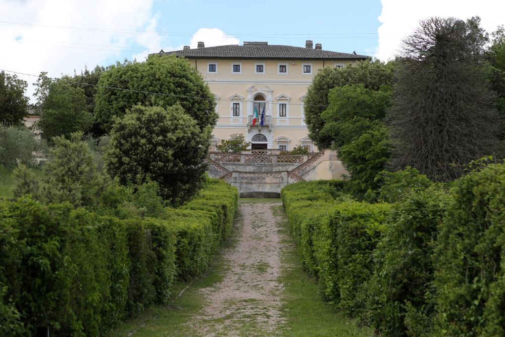 La facciata e il viale alberato di Villa Colle del cardinale