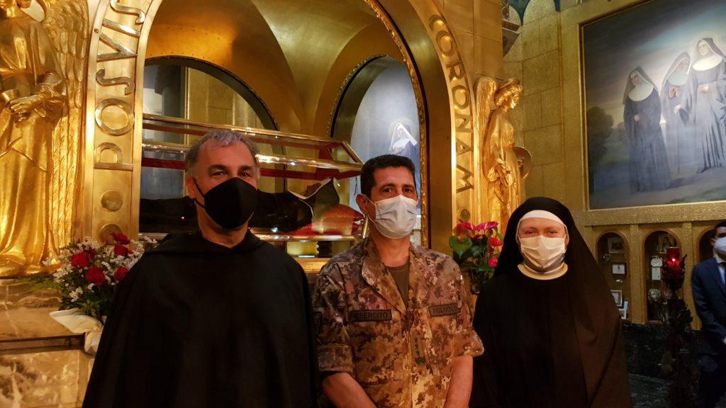 Il generale Figliuolo accolto nella basilica di Santa Rita da Cascia dal rettore, padre Luciano De Micheli, e da suor Maria Rosa Bernardinis, priora del monastero