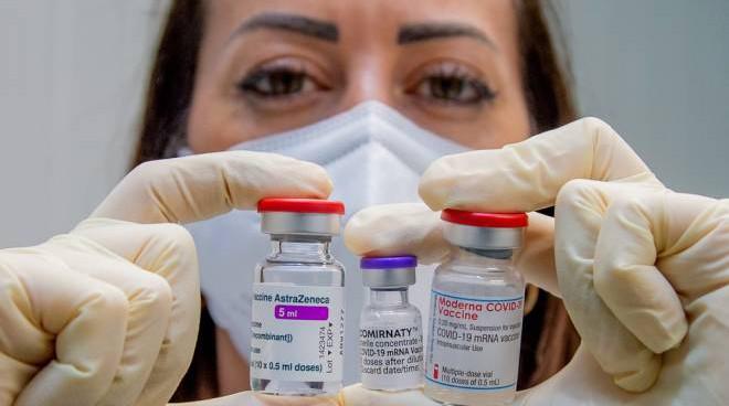 Un medico con i vaccini