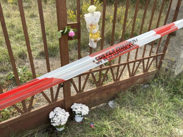 Fiori lasciati sul cancello che porta al casolare abbandonato di Po' Bandino